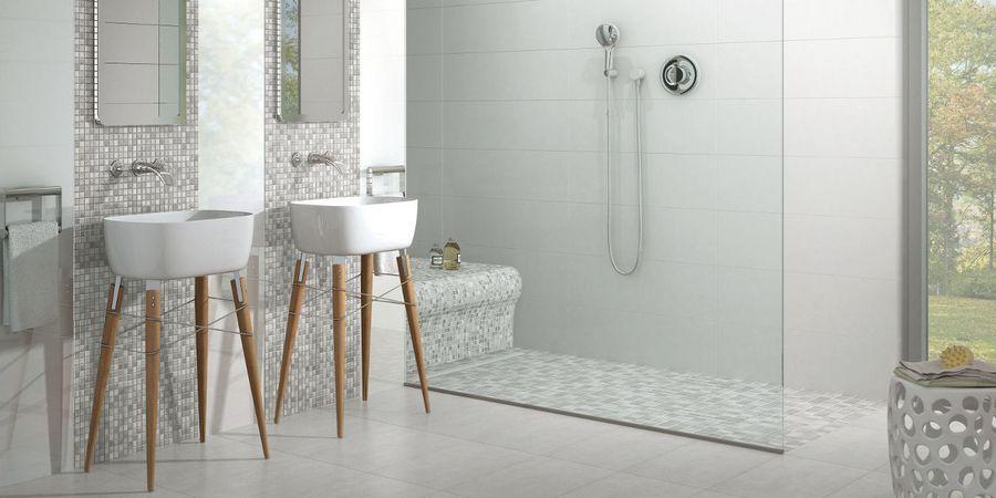 Dieses Moderne Bad Hat Fliesen An Den Wänden Und Am Boden. Die  Verschiedenen Größen Und Muster Wirken Einladend. Foto: Jasba